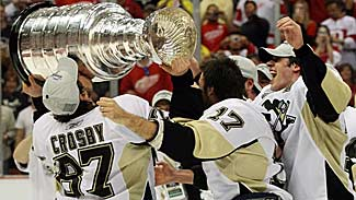Sid Crosby kisses Stanley Cup